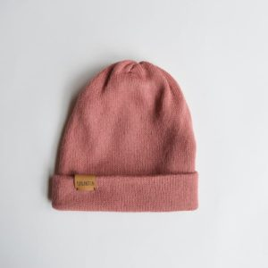 Knitted hat made of 100% alpaca wool. Foldable at the end and with a brown label. Soft rose color.